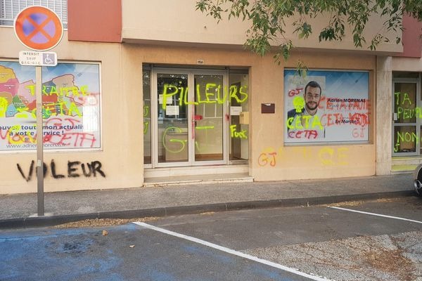 La permanence du député LREM, Adrien Morenas, a une nouvelle fois été vandalisée, dans la nuit de dimanche à lundi