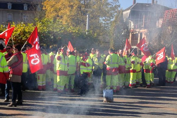 Ils étaient 150 agents à se rassembler devant l'Hôtel du département ce jeudi matin.