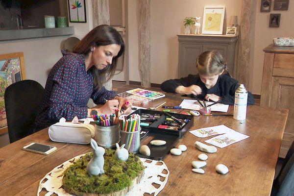 """Atelier peinture de galet studieux pour Garance et sa maman Julie, qui ont lancé """"Trouve mon galet"""" en Dordogne"""