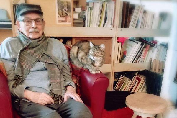 Jean-Jacques Boghossian est dans l'incapacité de se lever pour ouvrir sa fenêtre. Il avait l'habitude de lire les mots de soutien et d'amour de sa femme, à travers la vitre de sa chambre de l'Ehpad où il réside.
