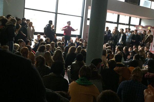 Les étudiants de sciences politiques de Lille 2 se sont réunis en AG à 8h.