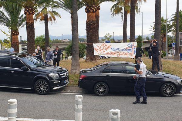 Manifestation aux abords de l'aéroport ce jeudi matin.
