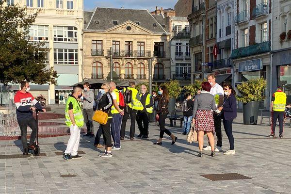 """Une quinzaine de """"Gilets jaunes"""" sur la place d'Armes à Douai ce samedi matin"""
