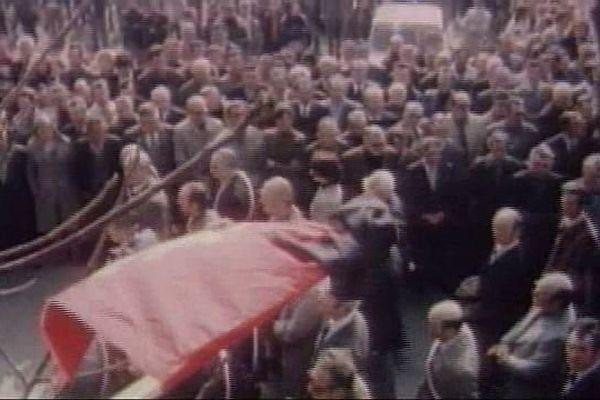ARCHIVES. Recueillement massif, en 1976, lors de l'enterrement des victimes de Montredon.