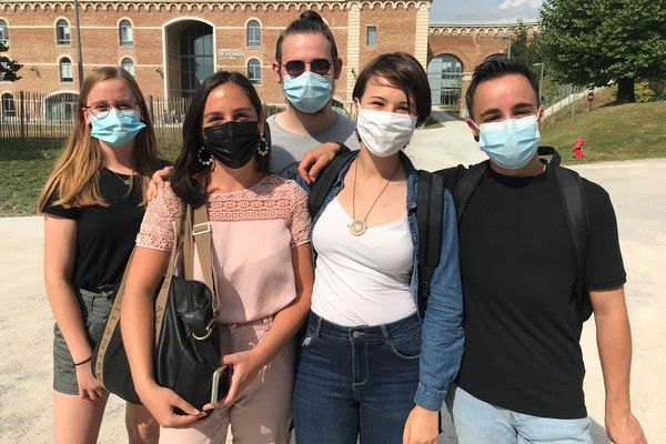 Derrière leur masque, Louise, Anaïs, Faustin, Caroline et Maël gardent le sourire, heureux de retrouver la vie étudiante dont ils sont privés depuis plusieurs mois.