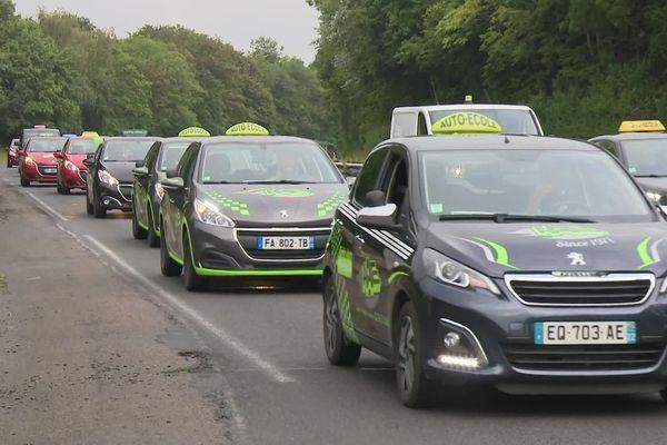 Des dizaines de voitures des auto-écoles des Côtes d'Armor en opération escargot sur la RN 12