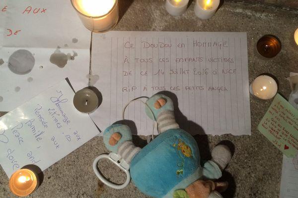 Au pied de la statue de Stanislas bougies et petits mots rendaient hommage aux 84 victimes de Nice
