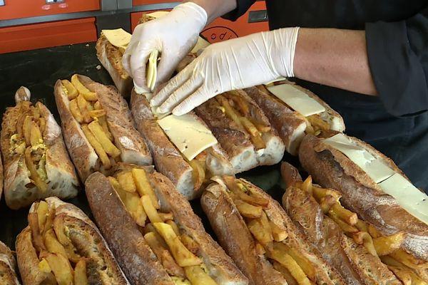 Les copieux sandwichs gratinés concoctés pour les étudiants.