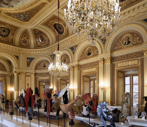 """Collection de costumes, accessoires, postiches... de l'exposition """"Plus que Parfaits"""", Opéra Bordeaux"""