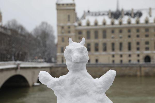 Un bonhomme de neige dans le 1er arrondissement de Paris