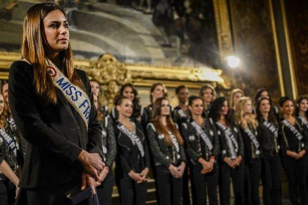 Marine Lorphelin à Dijon, entourée des Miss de l'année 2014. Une image AFP de Jeff Pachoud.