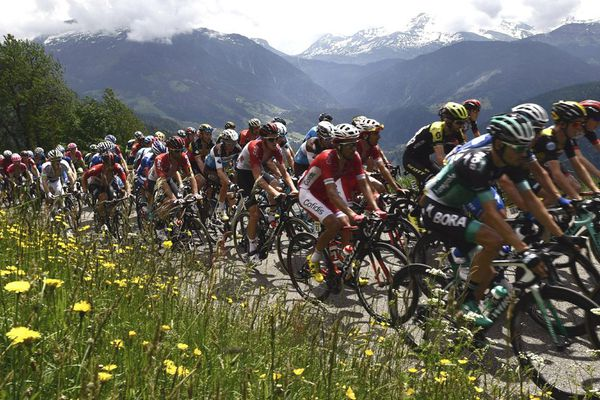 Le peloton grimpe le Cormet de Roselend lors de la 6e étape du Critérium du Dauphiné 2018, entre Frontenex et La Rosière