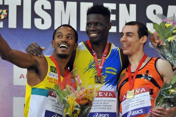 Toumany Coulibaly, au centre, pose pour un selfie sur le podium, avec Angel Chelala, à gauche, et Olivier Smug, à droite, après avoir remporté le 400 m aux Championnats de France de février 2015, à Aubiere.