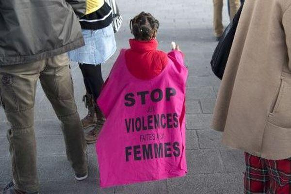 Archives : une fillette porte un étendard contre les violences faites aux femmes, le 8 mars 2018 à Marseille.