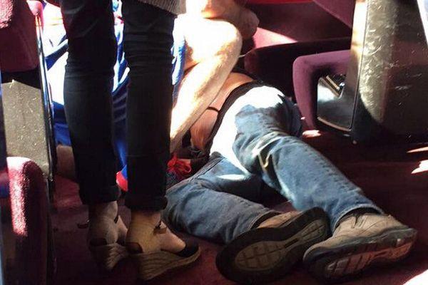 Un homme touché par balle (photo prise par une témoin présente dans le Thalys)