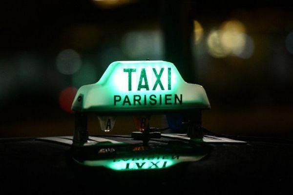 Un taxi parisien de nuit.