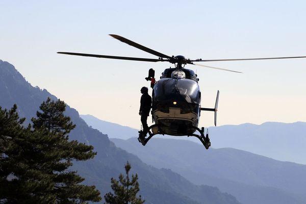 Archives - L'hélicoptère de la gendarmerie de la Corse du Sud en opération dans le centre de l'île.