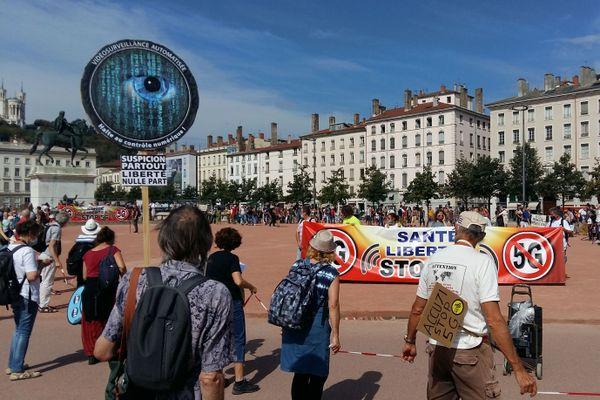 Plusieurs centaines de personnes ont manifesté place Bellecour à Lyon, pour exiger un moratoire contre l'installation des antennes 5G.