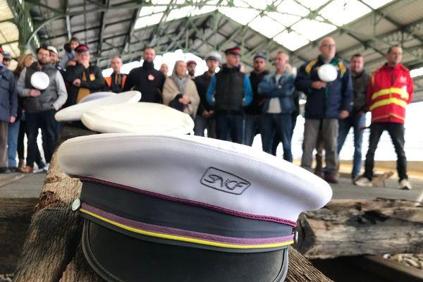 Les cheminots bloquent les voies de la gare d'Aurillac et déposent symboliquement leur casquettes sur les rails.