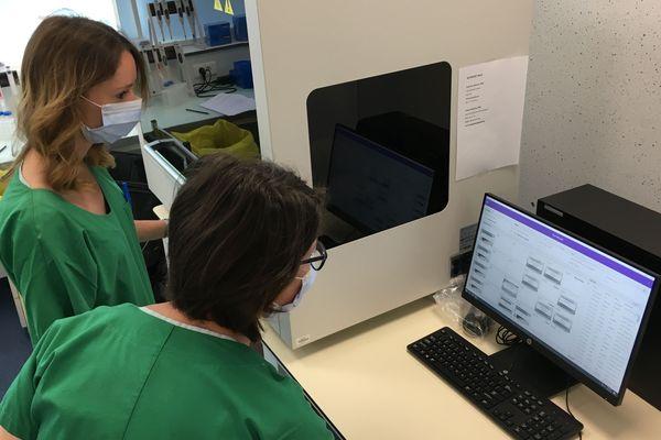 Le robot permet d'extraire le matériel génétique de l'échantillon de test afin de pouvoir dire ensuite si le virus SARS-Cov-2 est présent.