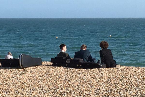 Des musiciens du festival The Great Escape sur la plage de Brighton (GB)