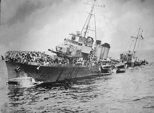 La Bourrasque pendant son naufrage au large d'Ostende le 30 mai 1940. Tout à gauche de l'image, on aperçoit un membre d'équipage sautant par dessus bord.