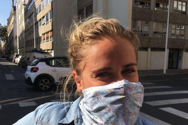 Caroline  Van Renterghem a imaginé ce foulard qui intégre comporte un filtre anti-pollution