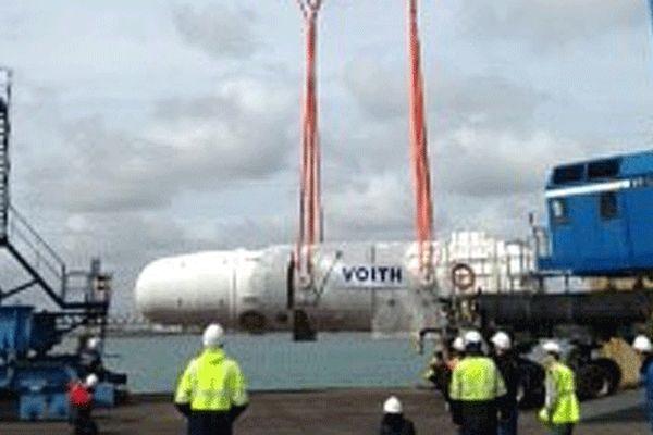 Le déchargement du fuselage de la première hydrolienne de Cherbourg
