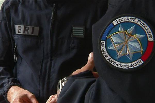 L'un des agents de police officie pour la Brigade de Recherche et d'Intervention (BRI) et l'autre pour la Brigade anti-criminalité (BAC)