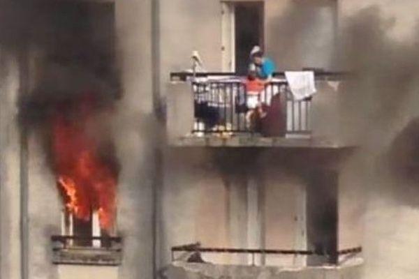 Une femme et son enfant sauvés d'un incendie par des riverains, à Corbeil-Essonnes.