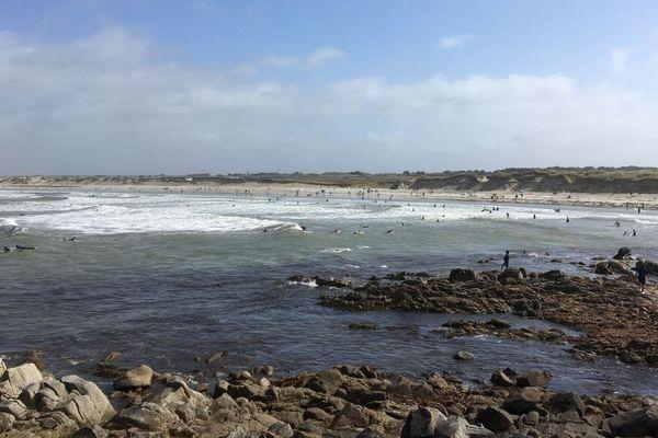 La plage de la Torche (Finistère) avec des surfeurs au loin