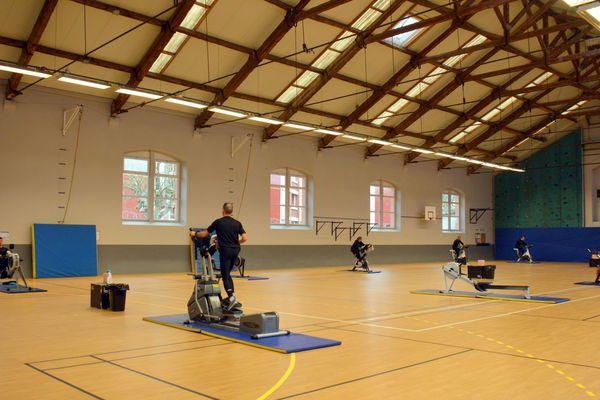 Au 17e RGP de Montauban un gymnase de 1 000 mètres carrés a été aménagé afin de maintenir les distances entre les militaires.
