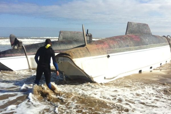 Le catamaran de 13 m de long et 7 m de large échoué depuis mardi sur la côte marocaine.