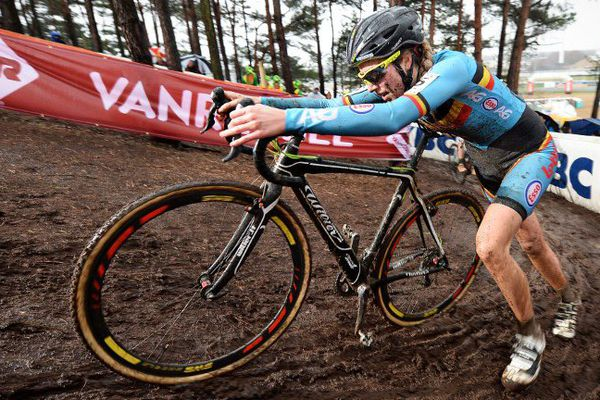 """Un """"moteur caché"""" a été découvert dans le vélo de la Belge Femke Van den Driessche lors des Mondiaux de cyclo-cross."""