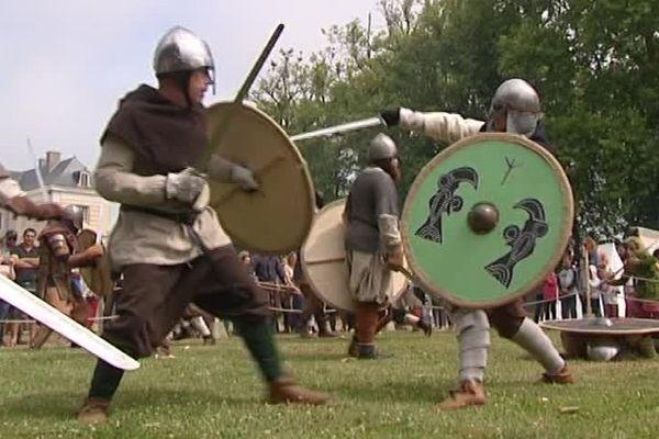 La reconstitution d'un combat entre vikings : surement la reconstitution la plus populaire à Isigny-sur-Mer ce week-end.