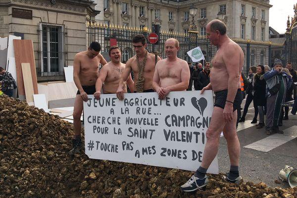 Devant la préfecture de l'Aube, les agriculteurs ont manifesté leur colère / Troyes, le 14 février