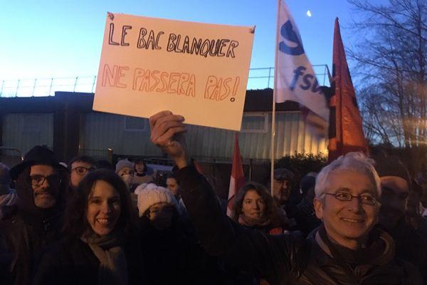 Les enseignants manifestent lors du début des épreuves du bac devant le lycée Victor et Hélène Bach de Rennes