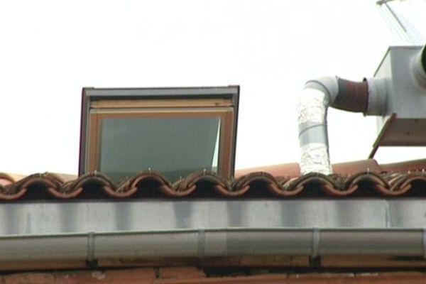 Les pompiers ont pénétré dans l'appartement de la victime par ce vélux sur le toit