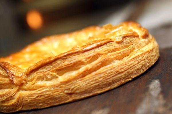 A Brioude, en Haute-Loire, la galette des rois est solidaire. Un boulanger a décidé de faire un partenariat avec les sapeurs-pompiers de la ville. Pour l'achat d'une galette, un euro est reversé à l'œuvre des pupilles orphelins de sapeurs-pompiers.