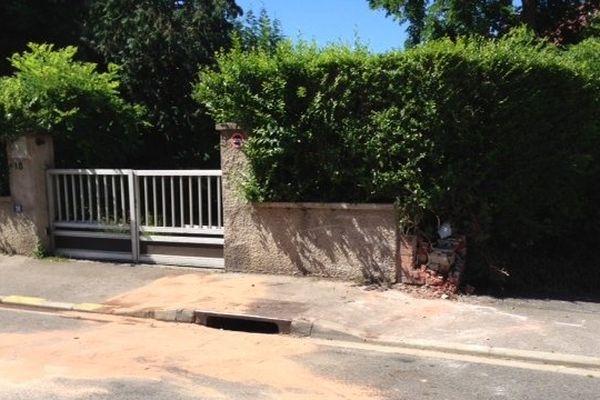 C'est dans le muret de cette maison rue Sagebien à Amiens que la voiture a fini tragiquement sa course