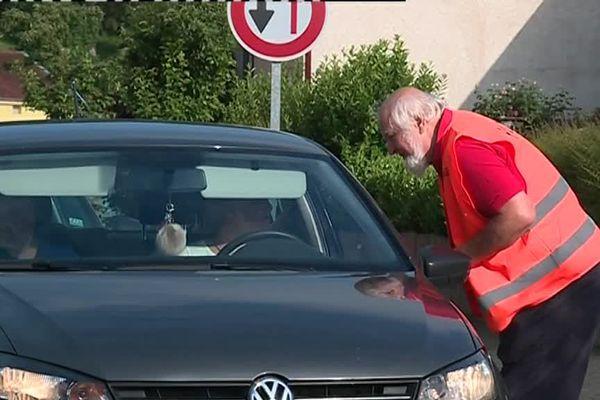 Les habitants du quartier ont distribué des tracts pour convaincre les automobilistes de ralentir dans la commune.