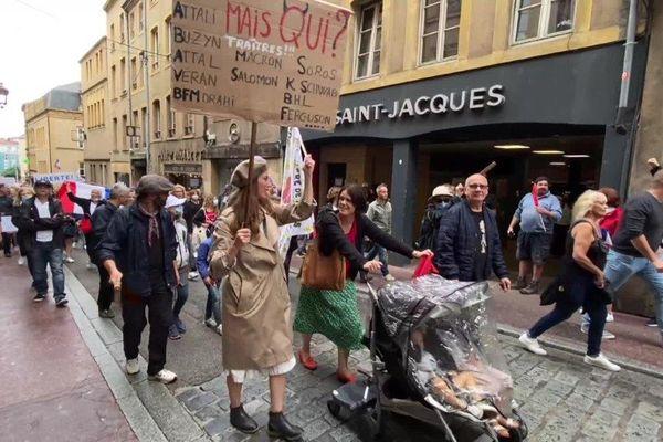 La pancarte incriminée portée par Cassandre Fristot lors de la manifestation contre le pass sanitaire à Metz le 7 août.