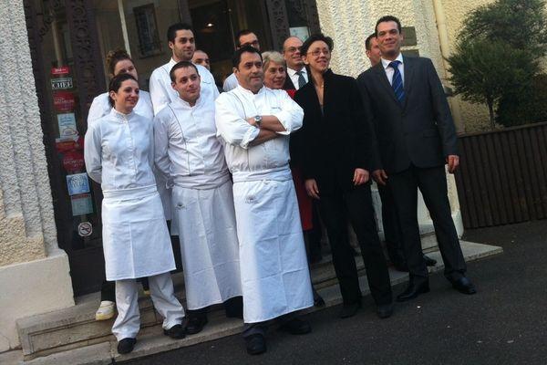 Caroline Mioche qui dirige l'Hotel Radio à Chamalières (63) et Wilfrid Chaplain, chef de l'établissement depuis trois ans et demi, entourés d'une équipe tout sourire après l'obtention d'un étoile Michelin.