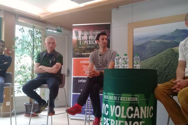 Au centre : Jean Michel Chopin, président de la association organisatrice de la VVX (à gauche) et Kylian Jornet, triple vainqueur de l'ultre-trail du Mont-Blanc.