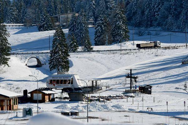 Le domaine des Rousses, dans le Jura, a fermé ses portes, dimanche 15 mars, afin de limiter les risques de propagation du coronavirus Covid-19.