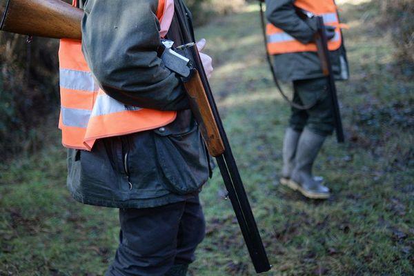 Deux chasseurs tiennent leurs fusils chargés ouverts pour leur sécurité lors d'une chasse au gros gibier. La France compte 1,3 million de chasseurs.
