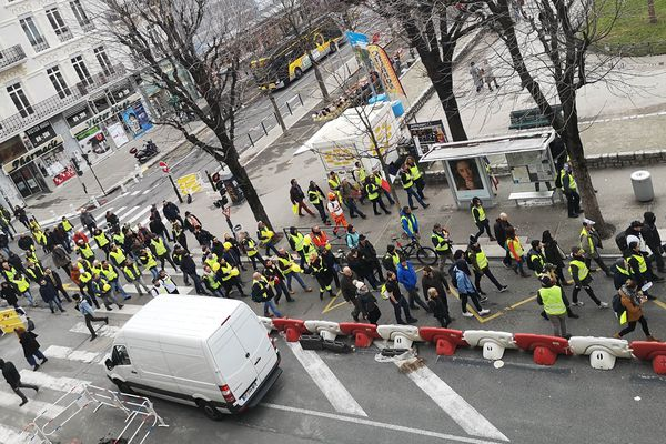 """Les """"gilets jaunes"""" étaient environ 300 dans le centre-ville de Grenoble ce samedi."""