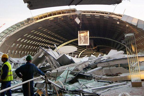 Le 23 mai 2004, le terminal 2E de l'aéroport de Roissy-Charles-de-Gaulle s'est écroulé.