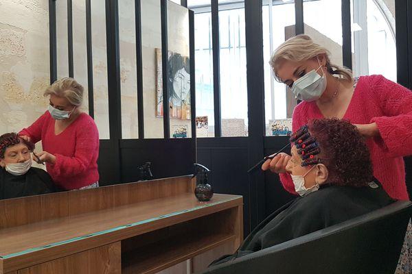 Dolores réalise une mise en plis pour Ginette, une technique de plus en plus rare dans les salons de coiffure