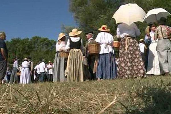 Les participants à la fête votive du Cailar, dans le Gard, ont soigné leurs tenues. Août 2015.